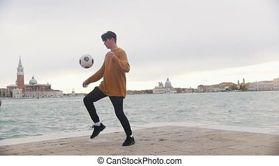 homme, tête, sien, football, donner coup pied, balle, sea., fond, jambes, jouer, stand