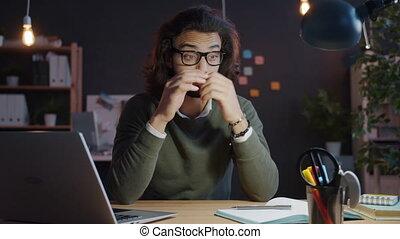 homme, tard, bureau, réveiller, soir, dormir, arabe, bureau, haut, ordinateur portable, alors, fonctionnement