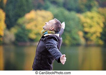 homme, tendu, lac, contre, bras