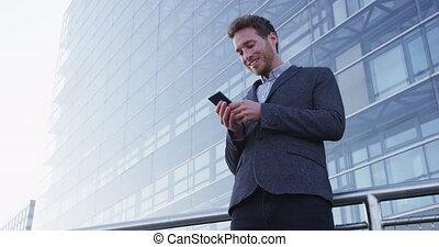 homme, texting, district, utilisation, téléphone affaires, ville, intelligent, sms, app