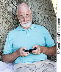 homme, texting, personne agee