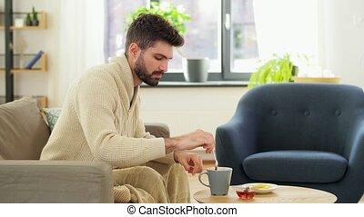 homme, thé, boire, couverture, jeune, malade, maison, chaud