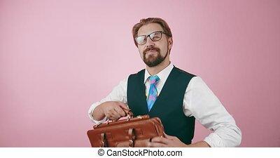 homme tient serviette, complet, studio, confiant