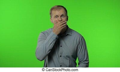 homme, top secret, main, isolé, gestes, dire, bouche, refuser, fermer, non, arrière-plan., clã©, chroma