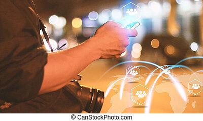 homme, touriste, conclusion, friends., navigation, concept., carte, sur, smartphone, gestion réseau