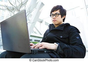 homme, utilisation ordinateur, extérieur
