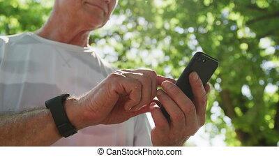 homme, utilisation, parc, smartphone, personne agee
