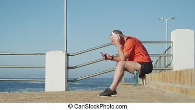 homme, utilisation, smartphone, personne agee, casque, ...