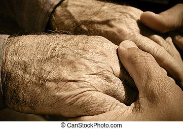 homme, vieux, jeune, tenant mains