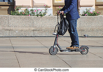 homme, ville, scooter, carrée, coup de pied, équitation