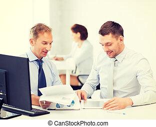 hommes affaires, à, cahier, et, pc tablette