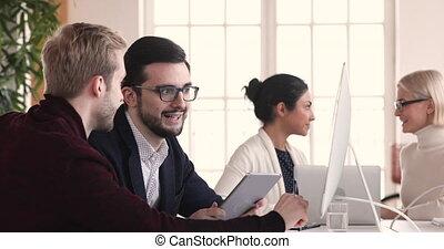 hommes affaires, analyser, concentré, données, meeting., recherche