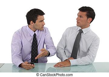 hommes affaires, argument, deux, avoir