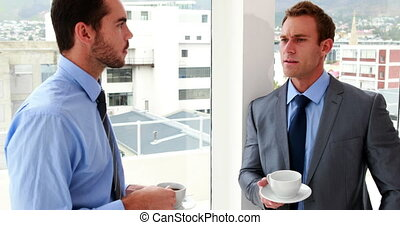 hommes affaires, boire, bavarder