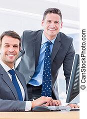 hommes affaires, bureau, utilisation, bureau, informatique
