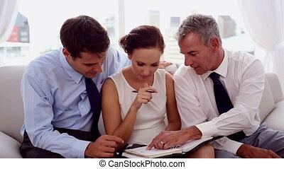 hommes affaires, collègue, pointage
