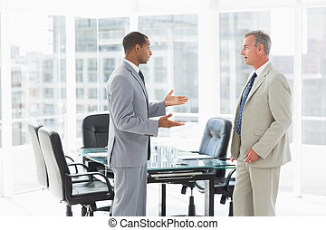 hommes affaires, conférence, parler, salle