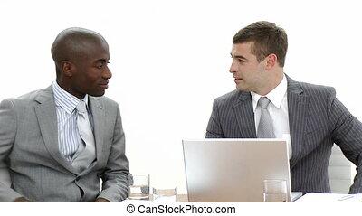 hommes affaires, conversation, réunion