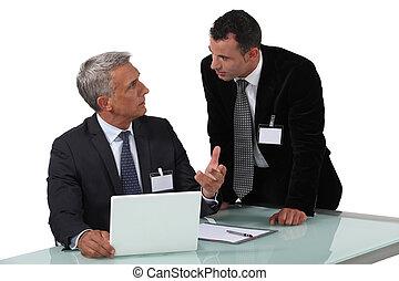 hommes affaires, débat, avoir, deux, chauffé
