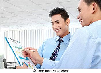 hommes affaires, discuter, a, business, diagramme, croissance