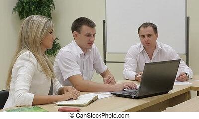 hommes affaires, discuter, utilisation, diagrammes, ordinateur portable