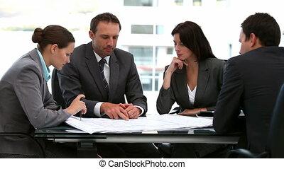 hommes affaires, femmes affaires, document, travailler ensemble