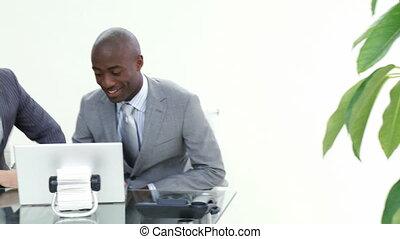 hommes affaires, fonctionnement, deux, bureau, ensemble