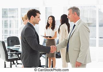 hommes affaires, mains secouer, réunion