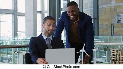 hommes affaires, ordinateur portable, utilisation, bureau, moderne, jeune