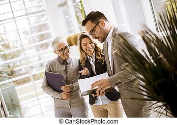 hommes affaires, personne agee, femmes affaires, jeune, bureau
