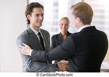 hommes affaires, poignée main, deux