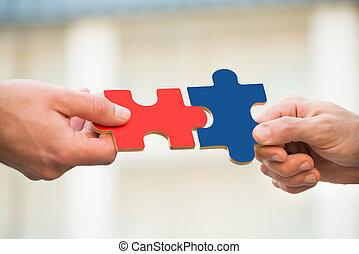 hommes affaires, puzzle, joindre, morceaux