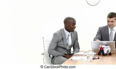 hommes affaires, réunion, panorama, trois