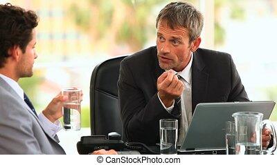 hommes affaires, talkin, réunion, pendant