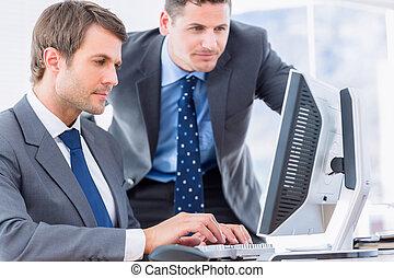 hommes affaires, utilisation ordinateur, à, bureau bureau