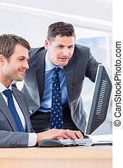 hommes affaires, utilisation ordinateur, à, bureau