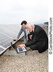 hommes affaires, vérification, panneaux solaires, courant