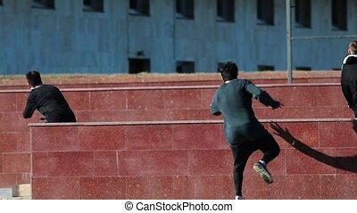 hommes, athlétique, obstacles, jeune, surmonter, trois