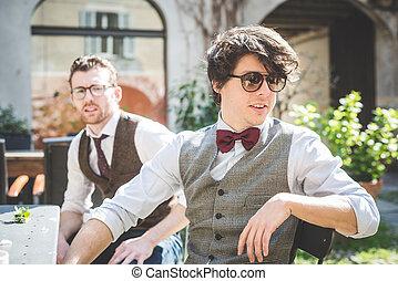 hommes, jeune, élégant, deux, hipster