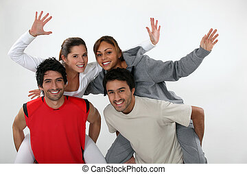 hommes, jeune, dos, leur, porter, deux femmes