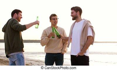 hommes, jeune, grillage, bière, plage, non, alcoolique