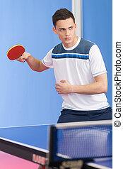 hommes, loin, tennis, jeune, tennis., regarder, confiant, tenue, raquette, table, jouer
