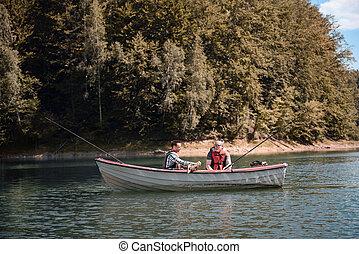 hommes, peche, dans, a, calme, lac, depuis, bateau
