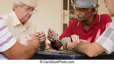 hommes, personnes agées, rire, cartes, maison, sourire, jouer, heureux
