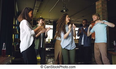 hommes, style de vie, bureau, work., danse, concept., moderne, jeune, excité, haut-cinq, célébrer, victoire, collègues, amusement, constitué, evénements, femmes