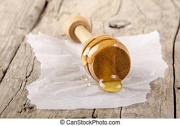 honey dipper on kitchen paper