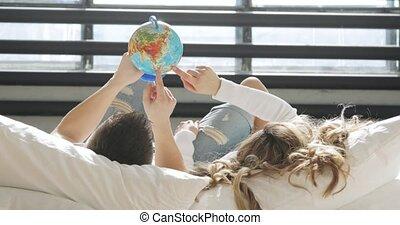 honeymoon., amour, globe, couple, lit, regarder, endroit, choisir, voyage