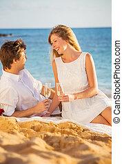 honeymoon, begreb, mand kvinde, forelskelse, par, nyd, glas champagne, på, tropical strand, hos, solnedgang