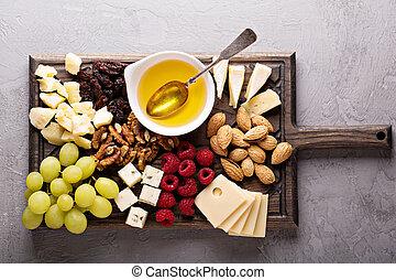 honig, kã¤se, nüsse, trauben, platte