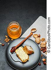 honingraat, met, honing, op, plaat., donker, beton, achtergrond